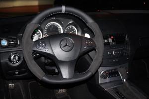volante Mercedes tapizado en alcantara gris oscuro, cuero granulado, franja gris y hilo gris