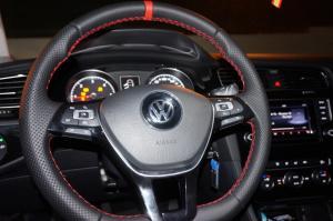 volante Volkswagen Golf, cuero liso y perforado, franja roja, hilo rojo